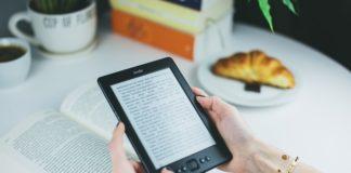 czyta ebooka